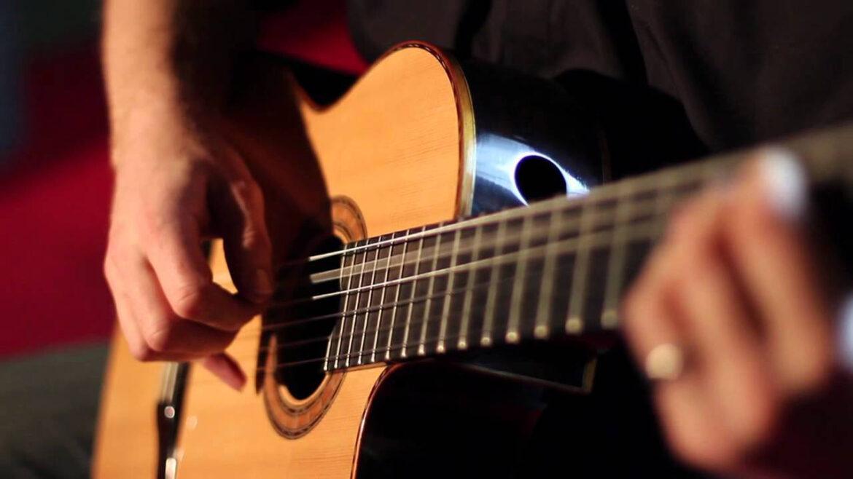 Come cambiare le corde per la chitarra acustica o elettrica
